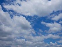 与许多的蓝色清楚的天空覆盖,是freshy明亮和新大气 库存图片
