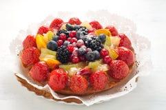 与许多的蛋糕新鲜水果:草莓,猕猴桃,瓜,是 免版税库存图片