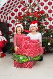 与许多礼物的快乐的孩子 库存照片