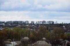 与许多私有房子和绿色树的一个农村风景 在一个多云下午的郊区全景 远离cit的一个地方 免版税库存图片
