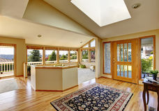 与许多窗口和完善的看法的宽敞休息区 免版税库存照片