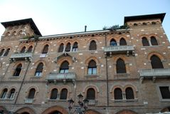 与许多窗口的中世纪大厦在特雷维索在威尼托(意大利) 免版税库存图片
