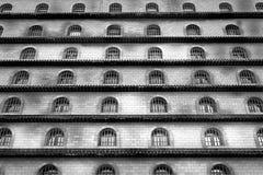 与许多窗口的大厦与酒吧,黑白 免版税库存照片