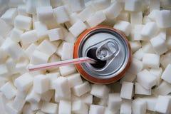 与许多糖立方体的碳酸化合的苏打饮料 概念吃不健康 免版税库存图片