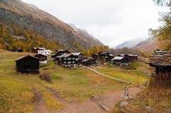 与许多老瑞士山中的牧人小屋的美好的秋天风景在策马特地区 免版税库存照片