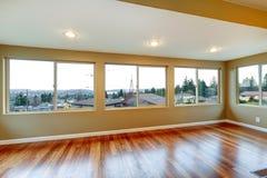 与许多视窗和硬木地板的空间内部。 免版税图库摄影