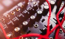 与许多音频缆绳的专业合成器板 库存图片