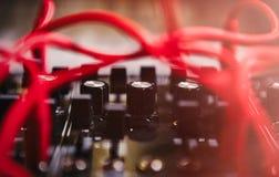 与许多音频缆绳的专业合成器板 图库摄影