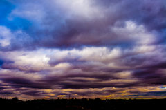 与许多颜色的美丽的天空 免版税库存照片