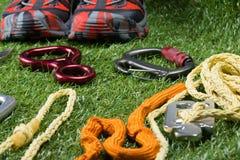 与设备的绳索保险的在绿色草坪的背景 免版税图库摄影