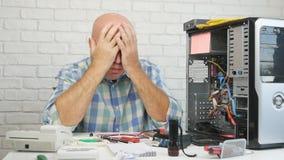 与设法混乱的技术员的慢动作修理计算机 股票视频