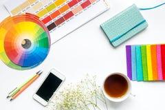 与设计师工具的行业概念在工作书桌背景顶视图大模型 库存照片
