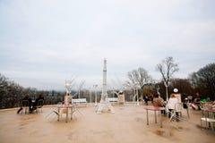 与访客和装饰艾菲尔铁塔的顶面小山咖啡馆 免版税图库摄影