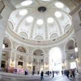 与访客(维也纳霍夫堡宫)的Cuppola内部视图,奥地利 库存照片