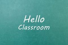 与词你好教室的绿色黑板墙壁纹理 图库摄影