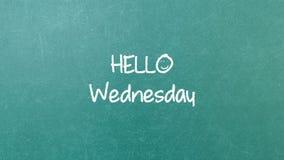 与词你好星期三的绿色黑板墙壁纹理 库存照片