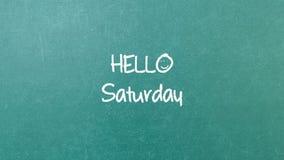 与词你好星期六的绿色黑板墙壁纹理 库存照片