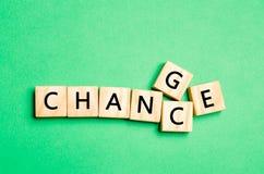 与词变动的木立方体对在木桌上的机会 个人发展和事业成长或者变动概念 概念o 库存图片