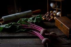 与词根的甜菜在一张木桌上 库存图片