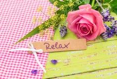 与词的礼品券放松和浪漫桃红色玫瑰花花束 库存图片