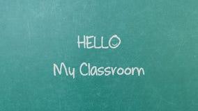 与词的绿色黑板墙壁纹理你好我的教室 免版税库存照片