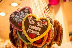 与词组的姜饼心脏用德语 免版税库存照片