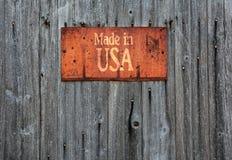 与词组的生锈的金属标志:制造在美国 库存照片