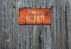 与词组的生锈的金属标志:墨西哥制造 图库摄影