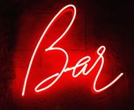 与词酒吧的减速火箭的霓虹灯广告 ?? 皇族释放例证