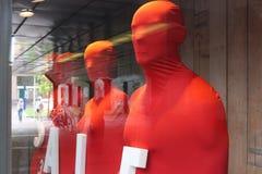 与词销售的四个红色被盖的时装模特 免版税图库摄影