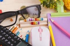 与词销售计划的五颜六色的立方体在木书桌上 免版税图库摄影