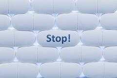 与词`中止`的白色药片 免版税库存照片