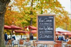 与词`热的酒`的菜单板在三种语言 图库摄影