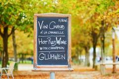 与词`热的酒`的菜单板在三种语言 库存照片