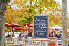 与词`热的酒`的菜单板在巴黎人室外咖啡馆的三种语言 免版税库存照片