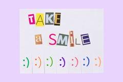与词组的纸广告:采取微笑,并且与准备好微笑的标志是草率了凑成 库存图片