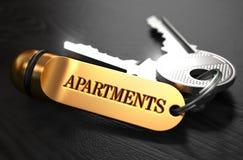 与词Apartaments的钥匙在金黄标签 图库摄影