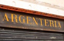 与词Argenteria的重要和古老意大利商店标志 库存照片