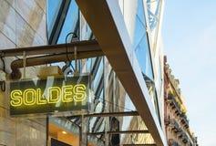 与词SOLDES的霓虹灯广告transalted作为销售 免版税库存图片