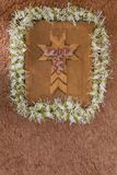 与诗歌选和弓的垂直的木假日十字架 免版税库存图片