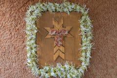 与诗歌选和弓的手工制造木假日十字架 图库摄影