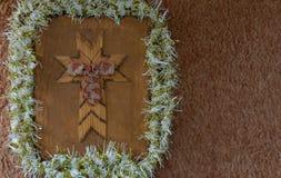 与诗歌选和弓的木假日十字架 库存照片