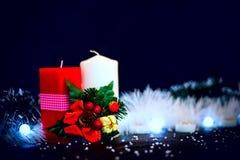 与诗歌选的红色和白色蜡烛在黑背景 免版税库存图片
