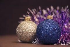 与诗歌选的蓝色和银色圣诞节球 库存照片