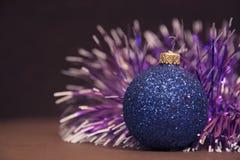 与诗歌选的蓝色圣诞节球 假日和新年 库存图片