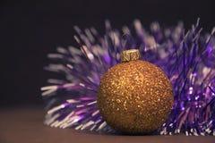 与诗歌选的金黄圣诞节球 假日和新年 免版税库存照片