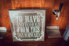 与诗的木黑板婚礼标志 免版税图库摄影