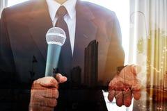 与话筒的商人讲话或讲话投资 免版税库存图片