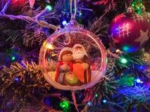 与诞生场面的圣诞节球 库存照片