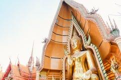 与详细的装饰的巨大的菩萨雕象在Wat 12月的26日Tham Sua在北碧 免版税图库摄影